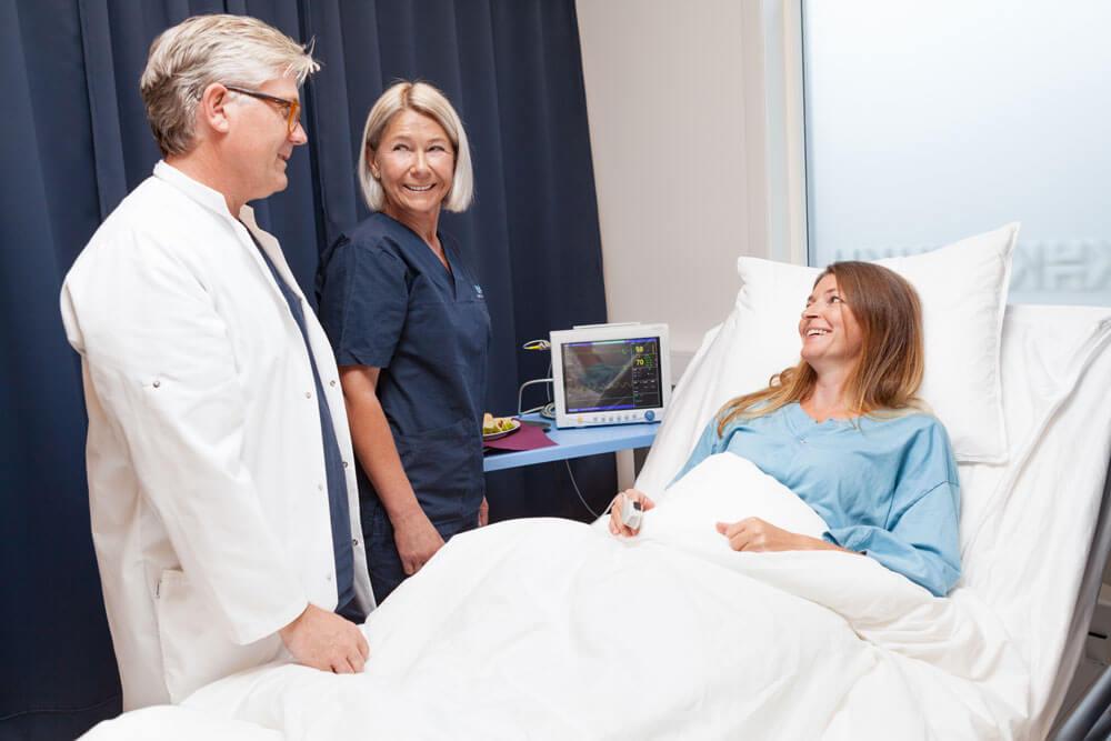 Bilde av kvinne som er ferdigoperert hos Klinikk Haukeland etter facelift / brystforstørring