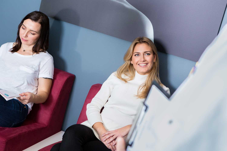 Damer som venter på gratis konsultasjon hos Haukeland Klinikken i Drammen