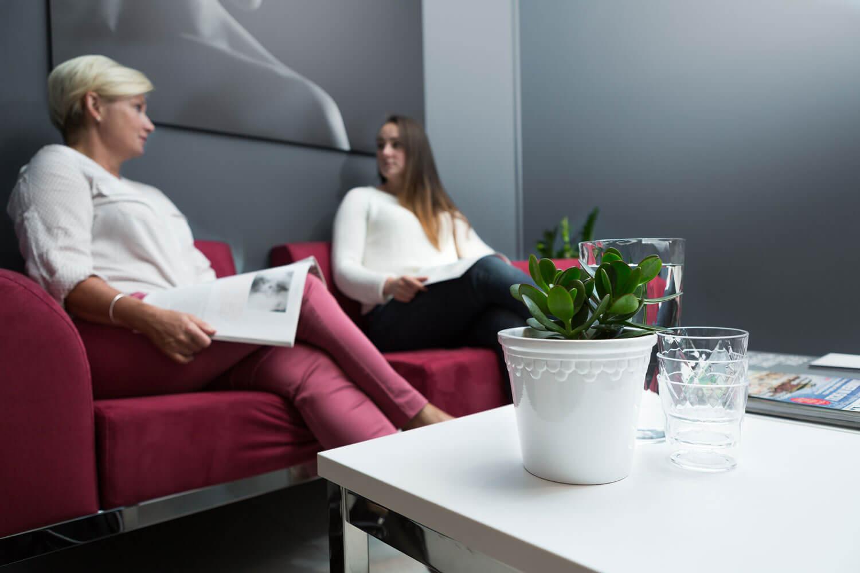 To pasienter som venter på sin tur hos Klinikk Haukeland